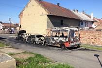 Požár čtyř vozidel likvidovali hasiči v noci na dnešek v obci Měrovice nad Hanou na Přerovsku.