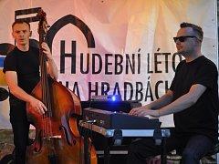 Živelný rock´n´roll v podání polské kapely Boogie Boys strhl návštěvníky úterního koncertu na hradbách v Přerově.