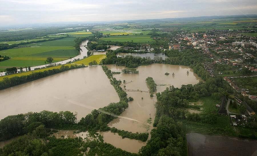 Rozlitá řeka Morava u Kojetína, 18.5.2010 ráno