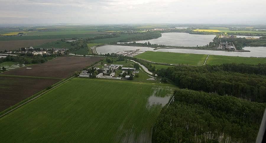 Rozlitá řeka Morava u Lobodic, 18.5.2010 ráno
