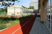 Žáci Základní školy U Tenisu v Přerově mohou od září sportovat na novém hřišti.