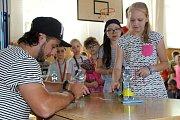 Hokejista Martin Zaťovič přivezl dětem ze ZŠ Želatovská ukázat pohár pro mistra extraligy.