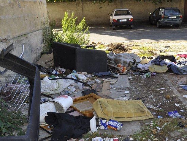 Škodova ulice v Přerově, kde bylo kdysi romské ghetto, dnes připomíná spíše černou skládku.