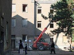 V romském ghettu ve Škodově ulici v Přerově v noci na středu hořelo. Oheň, který zachvátil byt v zadním dvorním traktu, podle vyšetřovatelů zavinila nedbalost a nijak nesouvisí s právě prováděnou demolicí na druhé straně ulice