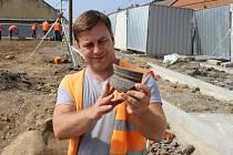 Archeologové nalezli důkazy o životě na předměstí v Lipníku nad Bečvou z druhé poloviny 13. století – části kuchyňské keramiky a kovářskou strusku.