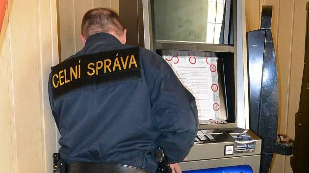 Na nelegální hazard si v minulých týdnech posvítili celníci. Jen na Přerovsku zabavili třináct technických zařízení, jejichž provozovatelé neměli příslušná povolení.