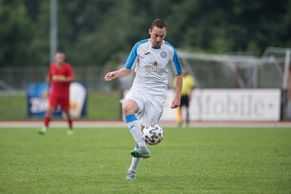Fotbalisté Přerova (v bílém) proti Brumovu. Martin Bielko