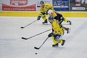 Hokejisté Přerova (ve žlutém) sestřelili Kadaň 8:2. Foto: Deník/Jan Pořízek