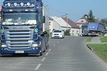 Kamiony jezdí přes chodníky, někdy kvůli vyhýbání skončí i v příkopě.