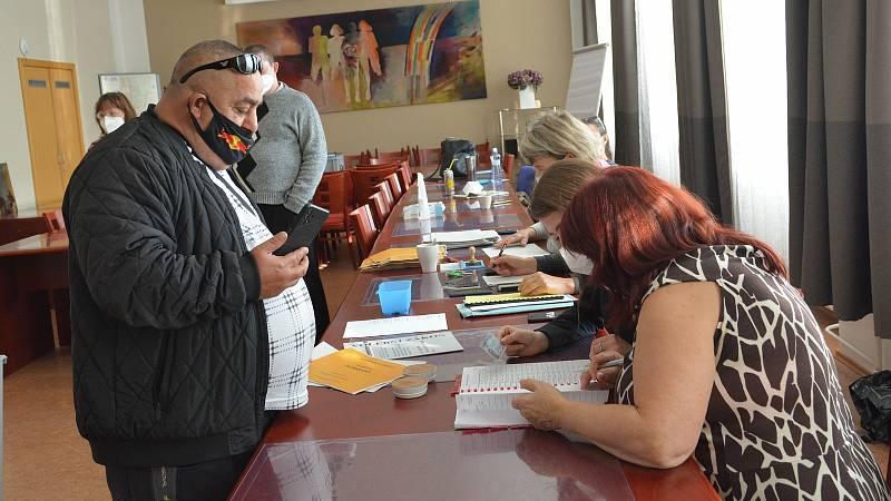 Volební místnost ve Smetanově ulici v Přerově, 8. října 2021