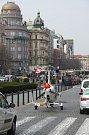O rozruch se postaral v centru Prahy autovírník, který zaparkoval přímo na Václavském náměstí. Stroj pilotoval Pavel Březina.