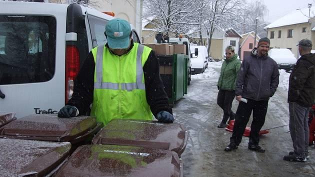 Pracovníci technických služeb začali rozvážet do místních částí nádoby na biologicky rozložitelný komunální odpad. Lidé, kteří o to projevili zájem, dostali kompostéry.