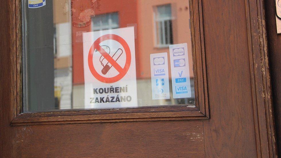 V restauracích bez cigaret, kouřit lze už jen na zahrádkách