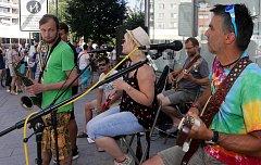 Hudební formace Atlas světa a D.U.B. Music zahráli na Wilsnově ulici v Přerově.