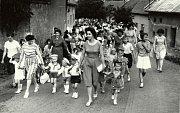 Jednou z tradic, která v obci přetrvává, je také karnevalový průvod. Dobrovolní hasiči každoročně pořádají, jako vyvrcholení masopustu karnevalový průvod obcí. Karnevalový průvod obcí zachycuje fotografie z roku 1964.
