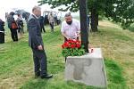 Uctění obětí hromadné popravy 267 karpatských Němců u památníku na Švédských šancích