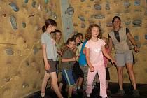 Děti na příměstském táboru v Base Campu v Přerově využívají i horolezeckou stěnu