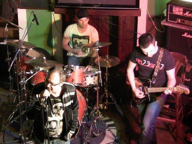 Brněnská kapela Tibet odehrála v sobotu večer koncert v přerovském Pivovaře. Jejich alternativní rock poté doplnila místní kapela D.U.B.