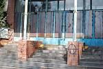 Ve křoví u opuštěné drážní budovy poblíž nádraží v Přerově ležel podle svědků muž, který byl v pátek převezen do nemocnice s podezřením na otravu metylalkoholem.