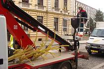 Vánoční výzdobu začali v těchto dnech instalovat v ulicích Přerova pracovníci technických služeb