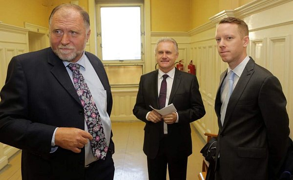 Zleva advokát Tomáš Sokol a primátor Jiří Lajtoch. Soud spřerovskými radními vkauze údajně předražených zakázek a korupce
