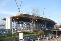 Stavba estakády nad železniční tratí, která je součástí mimoúrovňového křížení v Předmostí - 25. listopadu 2019