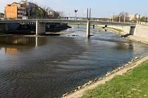 Kvůli opravám staticky narušené konstrukce nábřežní zídky v místech u Tyršova mostu v Přerově byla v minulých dnech snížena hladina řeky Bečvy.