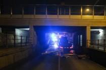 Řidič kamionu vjel pod podjezd v Předmostí a neodhadl jeho výšku. Narazil nákladem do mostovky a zablokoval na dvě hodiny dopravu.