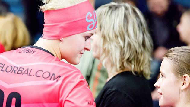 V Přerově se odehrálo 10. kolo extraligy žen mezi K1 Florbal Židenice (v růžovém) a FBC ČPP Bystroň Group Ostrava (3:8) v rámci projektu Návraty domů. Ten iniciovaly přerovské sestry Petra a Anna Grufíkovy (č. 98 a 10). Foto: