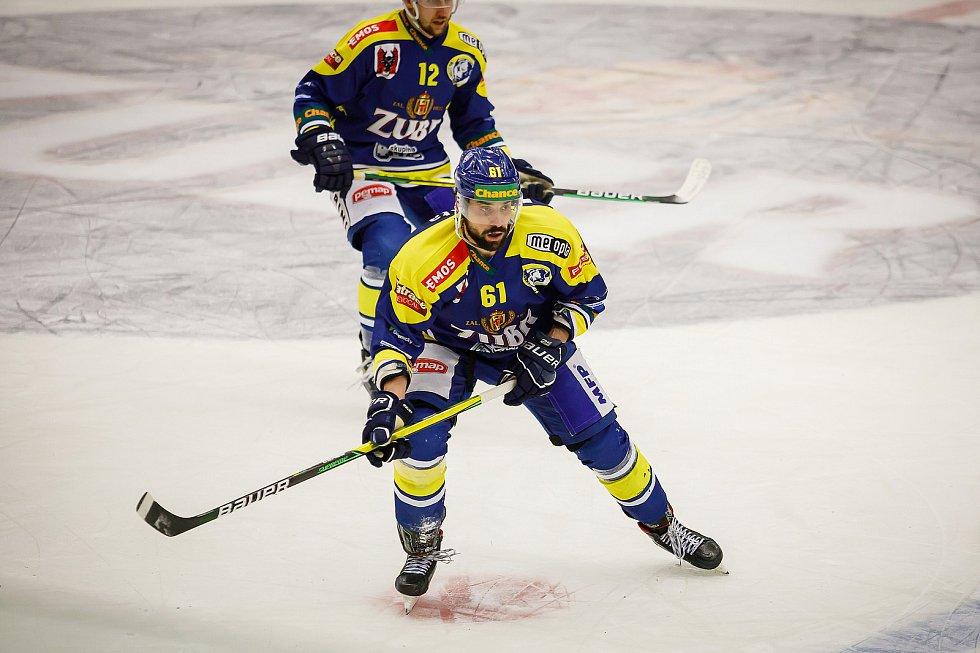 Hokejisté Přerova (v modrém) ve čtvttfinále play-off proti Porubě. Jakub Svoboda