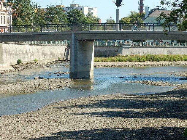 """""""Vyschlé"""" koryto řeky Bečvy v Přerově. Ilustrační foto"""