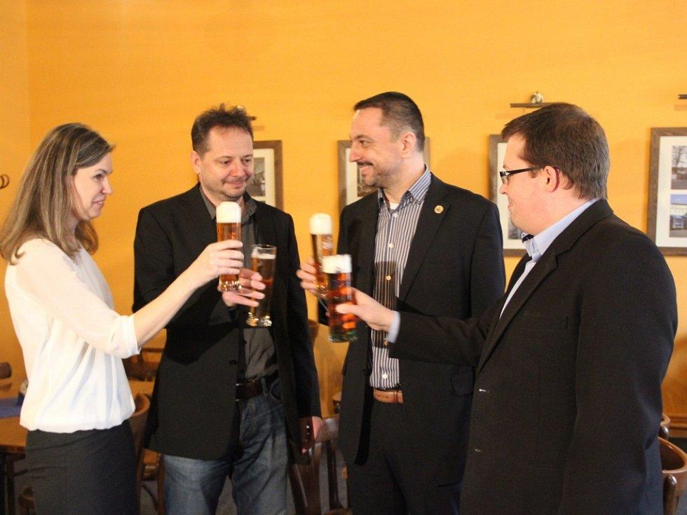 Ředitel přerovského pivovaru a předseda Jagello 2000 Zbyněk Pavlačík podepsali ve čtvrtek partnerskou smlouvu.