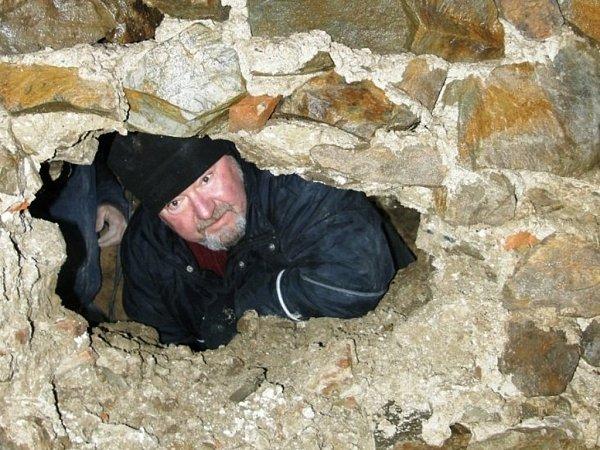 Odkrytí hrobky pod zvonicí vDřevohosticích