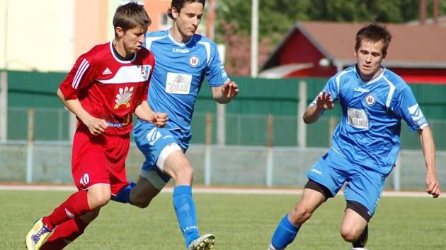 Fotbalisté Viktorie Přerov (v modrém)
