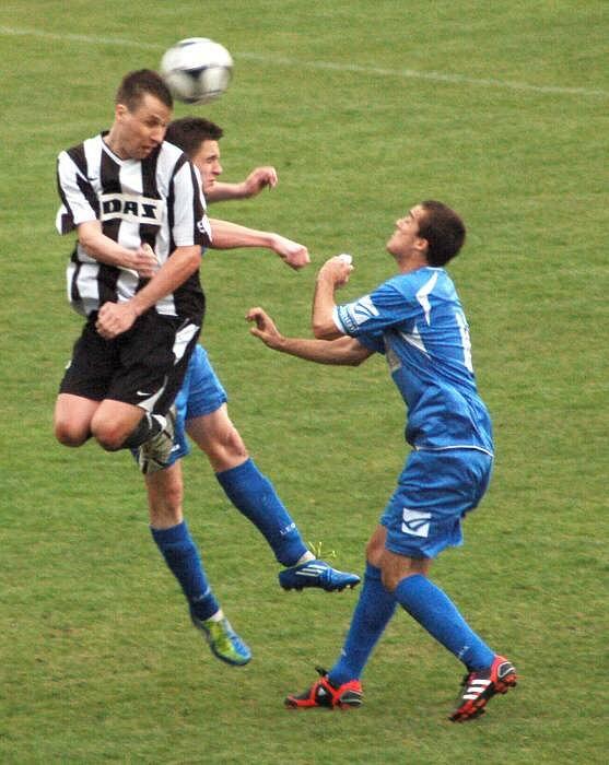 Fotbalisté Přerova (v moderém) proti Žďáru