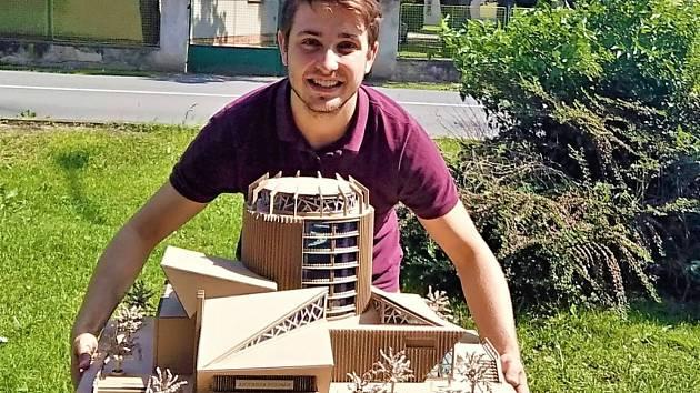 Karel Mayer (na snímku) postoupil do finále soutěže Stavba z vlnité lepenky
