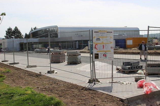 Stavba nového a moderního sportoviště je téměř hotova. Se stavebními pracemi se v těchto dnech finišuje.
