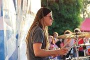 Baskytarista a zpěvák Fernando Saunders se svým bandem vystoupil v úterý večer na letní festivalové scéně u přerovských městských hradeb. Koncert odstartovala bubenická show žáků ze Základní umělecké školy B. Kozánka pod vedením Radka Hrůzy.