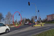 Nešťastně umístěný semafor, do kterého často narážejí řidiči nákladních aut, čeká stěhování.