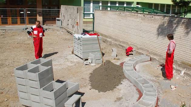 Stavební úpravy před ZŠ Trávník v Přerově
