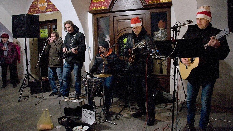 Pátečnímu slavnostnímu rozsvěcení vánočního stromu v Hranicích přihlíželo zcela zaplněné centrum města.