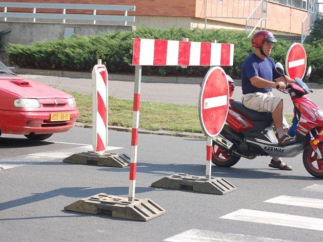Komenského ulicí v Přerově mohou řidiči projíždět jen v jednom směru.