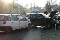 Při nehodě byla zraněna jak řidička octavie, tak šofér fiatu a jeho spolujezdkyně.