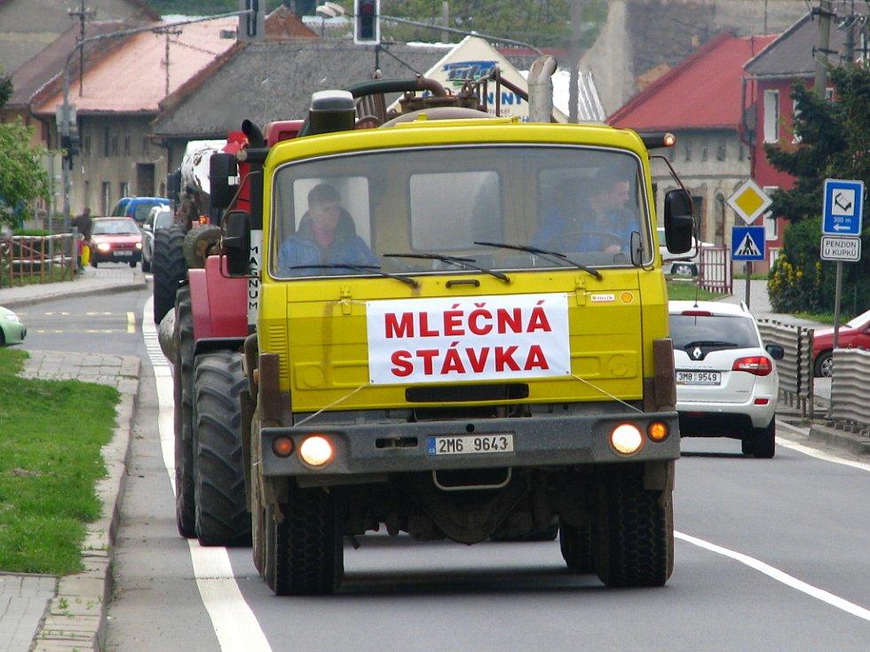 Zemědělci z kokorského družstva se připojili k protestu. Vyjeli s traktory s různou zemědělskou technikou a transparenty směrem na Olomouc.