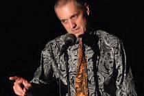 David Vávra vyzývá publikum, aby se zapojilo do společné recitace.