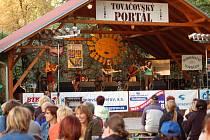 Do areálu zámeckého parku se na přehlídku folkových a trampských skupin přišly v sobotu podívat stovky lidí.