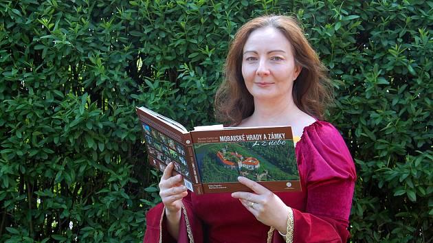 Vzniklou audioknihu Moravské hrady a zámky z nebe, kterou nadabovali lidé z CBS Nakladatelství. Na snímku Jarmila Buchtová.