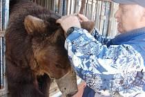Karel Berousek s jednim z medvědů.