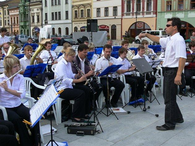 Dechové hudby většího formátu si na nedělní odpoledne zamluvily centrum Hranic.
