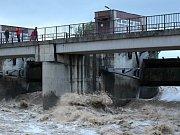 Řeka Bečva v Hranicích, v Teplicích nad Bečvou a v Ústí 22.5.2019 večer. V obci Ústí zaplavila hřiště.